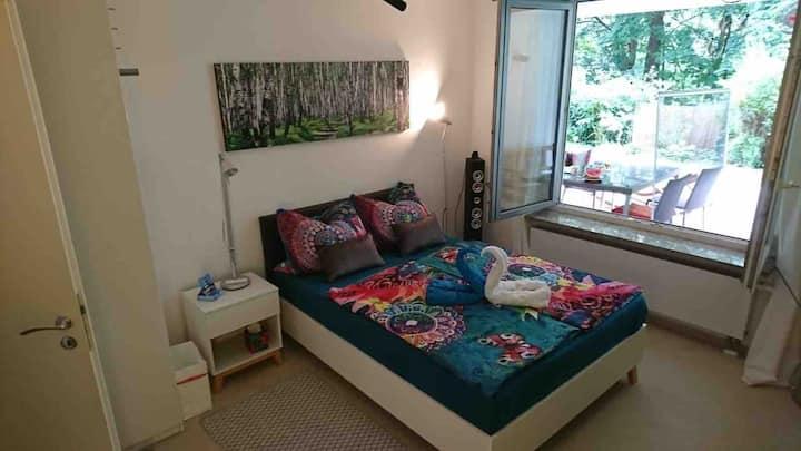 Großes, ruhiges Zimmer, TV, Zentrumsnähe 10 min