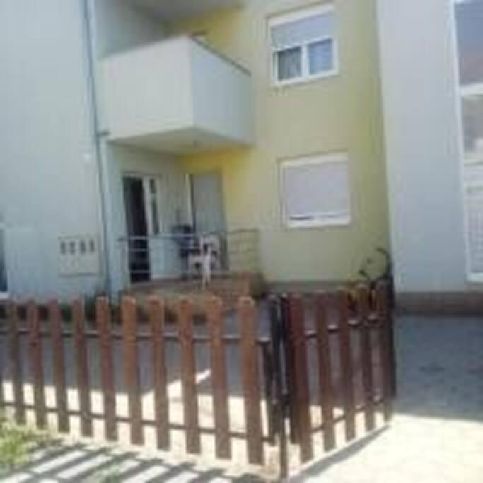 Ovo je ulaz u apartman,a ispred ograđeno dvorišta da se djeca mogu sa sigurnošću igrati