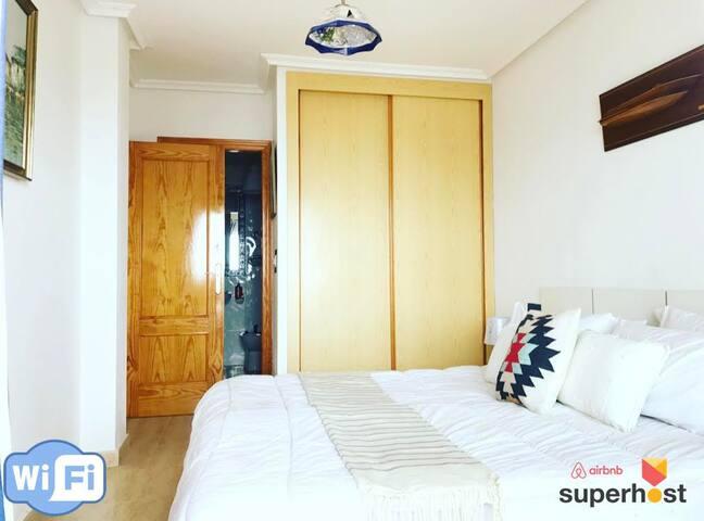 Cuarto principal con closet, y acceso al baño.  Master Bedroom + Dressing & private access to the bathroom.