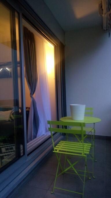 Petit Balcon avec une table