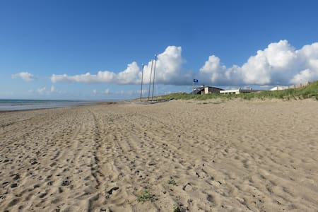 Maison à 100 m superbe plage de sable wifi gratuit - Gouville-sur-Mer - House