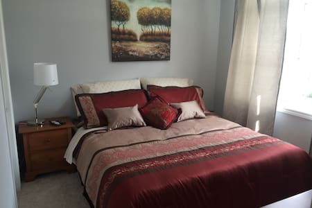 Bright room with ensuite in beautiful Kanata home. - Ház