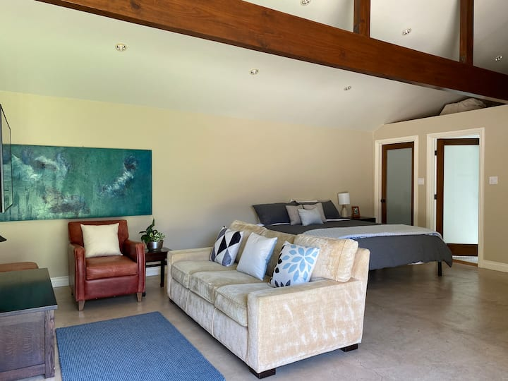 Charming & modern guest house in Bronson Canyon.