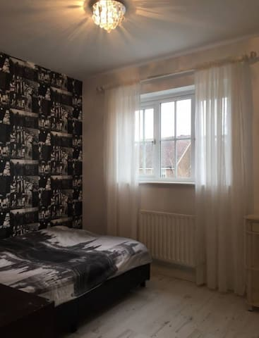 A lovely room in a clean and friendly house - West Sussex - Hostel