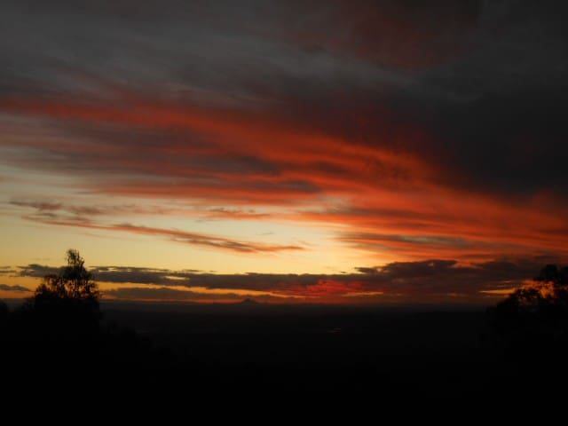 SUNSET SERENADE. Eagle Heights Tamborine Mountain