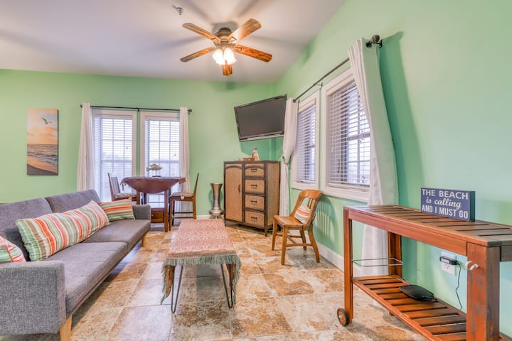 Charming studio w/premium location and shared pool & basketball court!