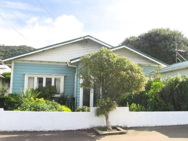 Sunny Seaside Bungalow in Lyall Bay