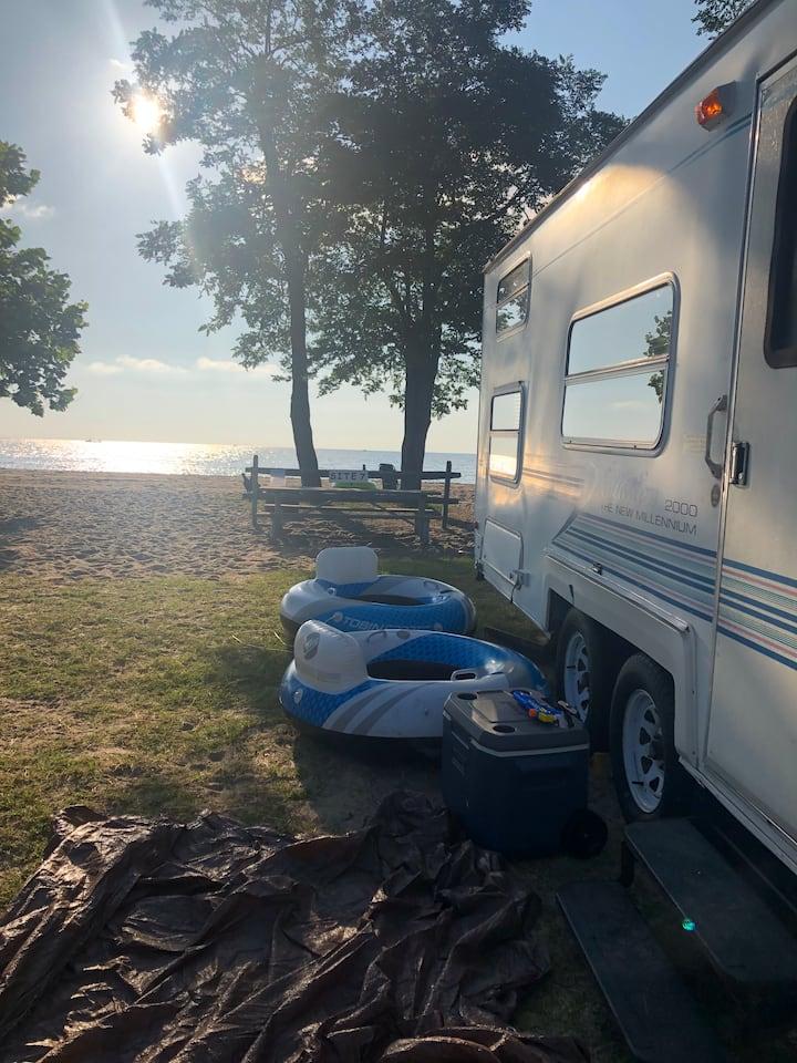 Comfy Camper Sleeps 7 people-Total Privacy