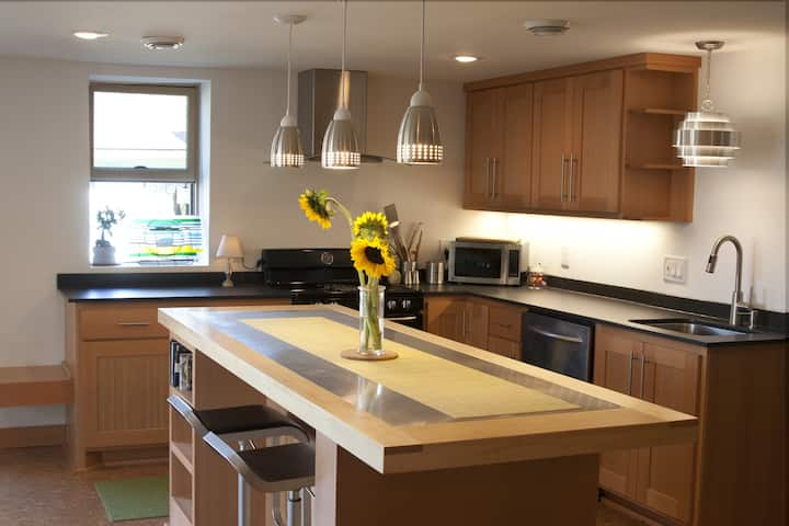 The Garden Apartment in NE MPLS! Green and Private