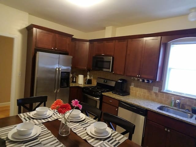 Cozy, Modern and spacious apt only 20 mins to NYC