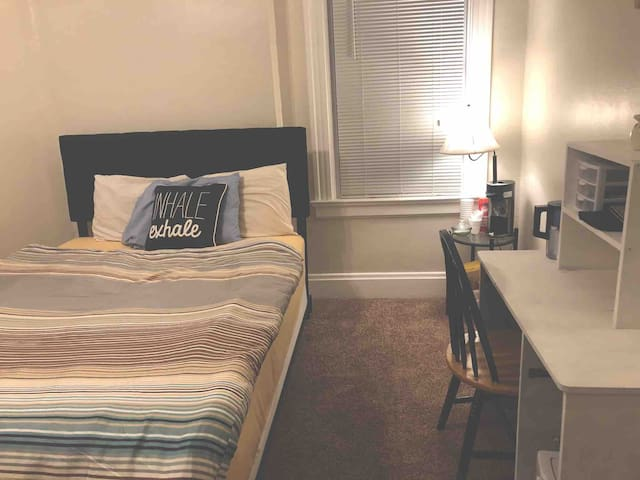 Queen Bed and Couch Minutes from downtown