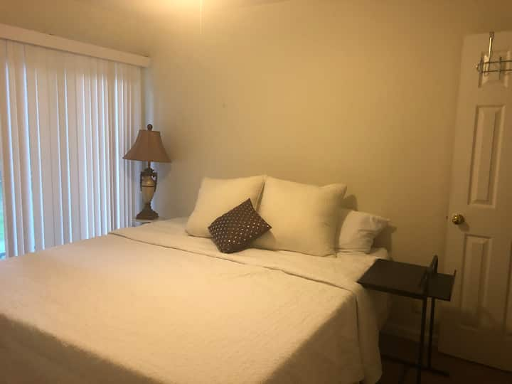 Clean room with CalKing Bed, Wifi & Parking