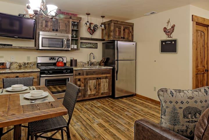 Stunning and Cozy 1 Bedroom Cabin for 4 People - Tahoe Vista - Cabaña en la naturaleza
