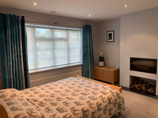 Well appointed large ground floor double bedroom