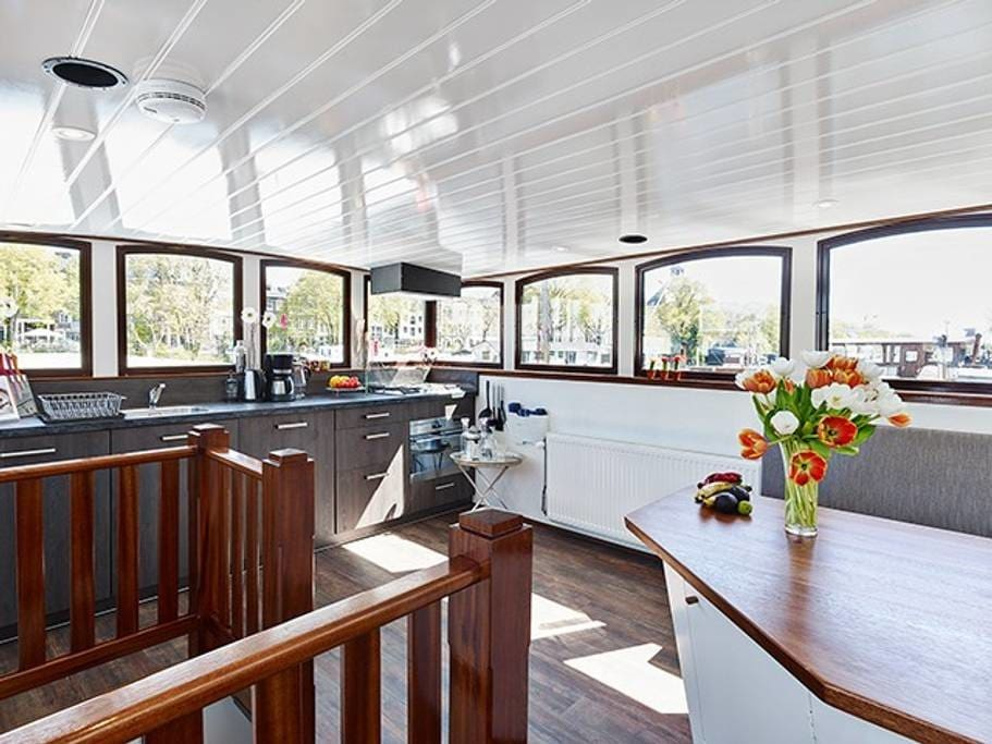 Welcome to this lovely houseboat