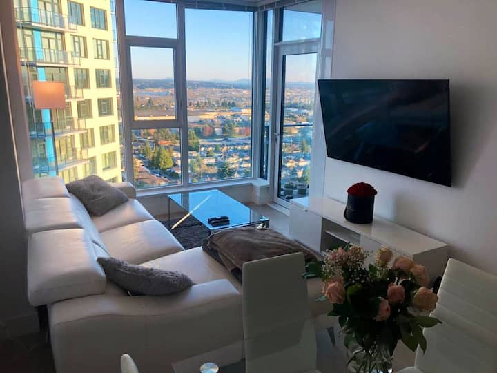 Luxurious 1 Bed + Den Apartment (20th Floor)