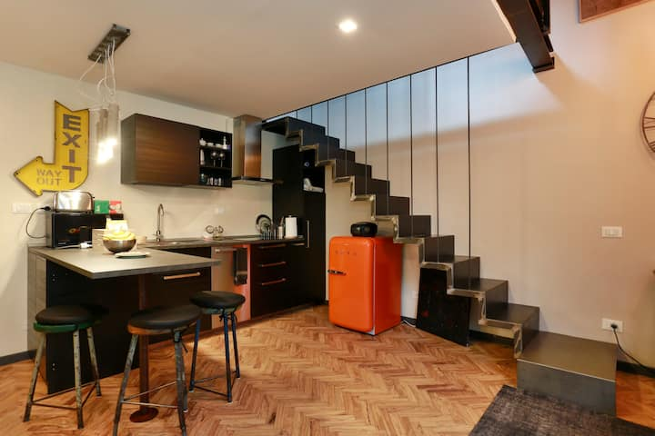 central , with lift, renovated, design for you!