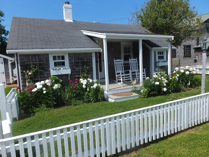 Romantic Cottage, One Block from the Beach