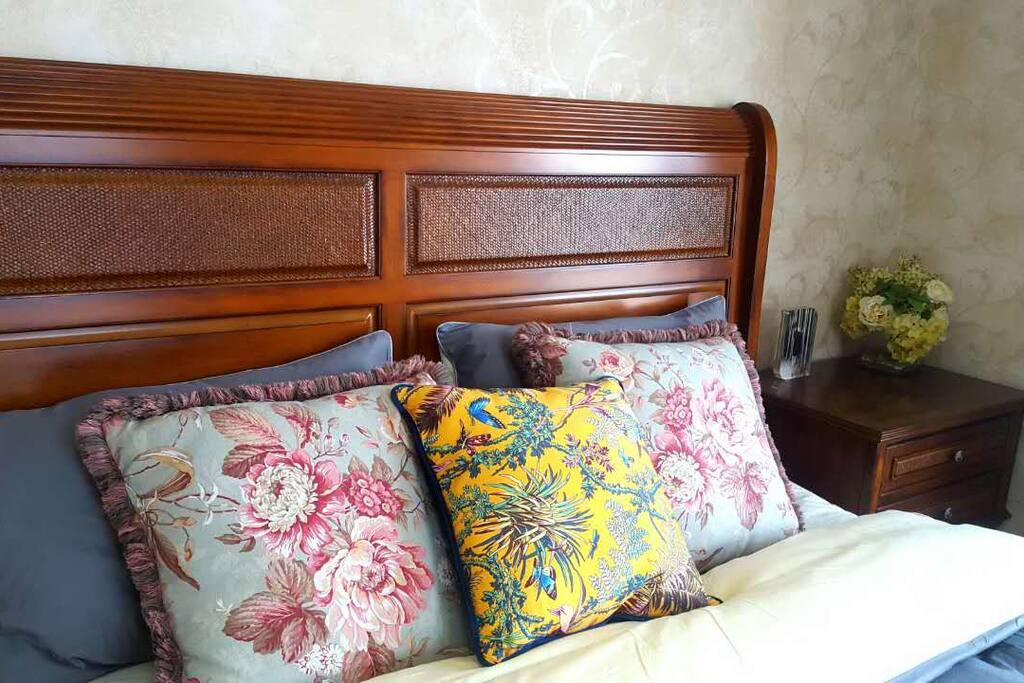 美克美家1米8宽2米长的大床,美国舒达床垫带给您舒适的睡眠。只有五星级酒店才会用这个品牌的床垫。