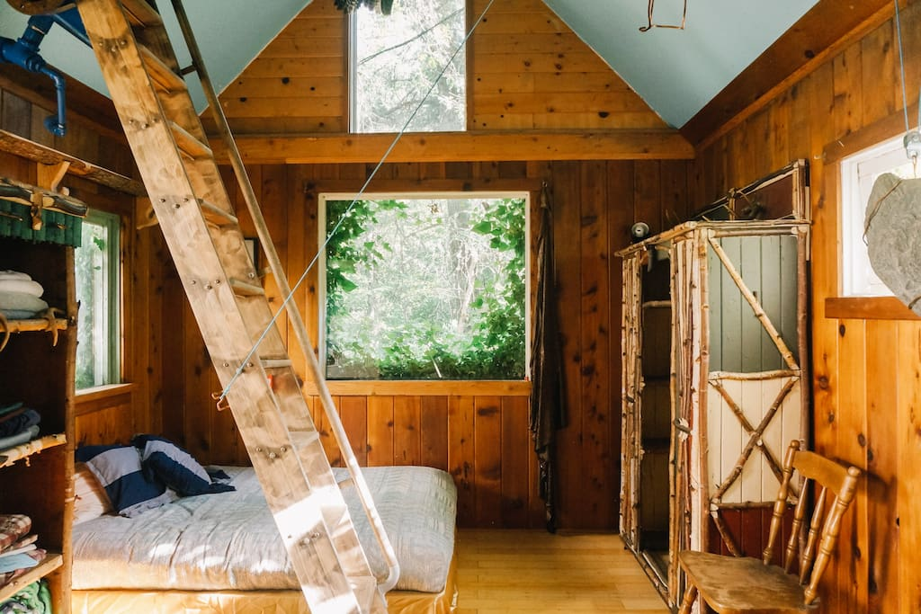 Charming and rustic inside the Ivy Cabin. Photo courtesy of Ann Nguyen & Hipcamp ⛺️