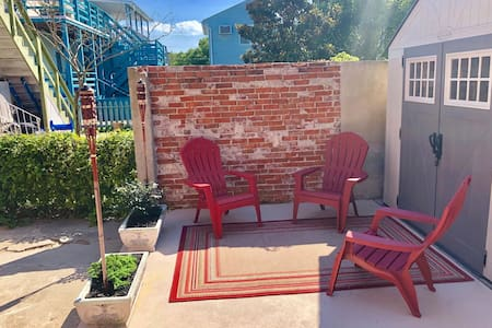 Private 2nd floor apt-Cozy red brick, beach escape