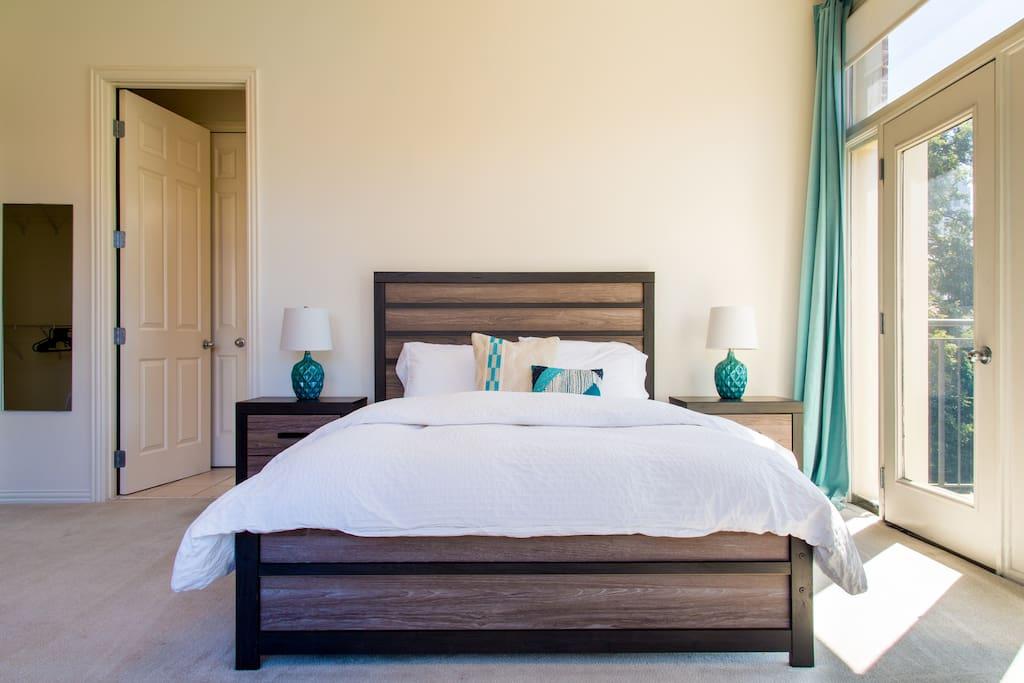 Master bedroom with Queen Bed Third Floor
