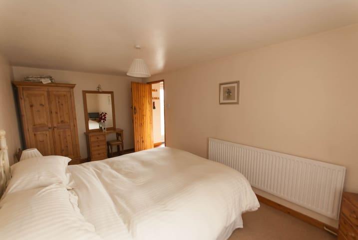 Kingsize Bedroom - Valley View