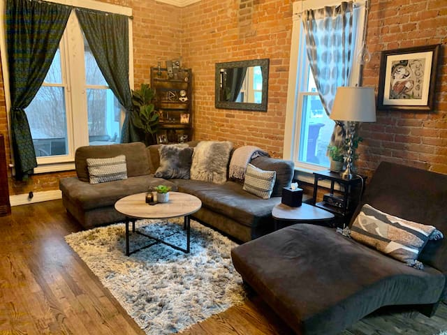 Cozy, vintage Baker home just 1 block off Broadway