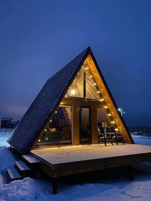 Дом-шалаш на хуторе близ речки
