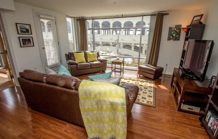 Downtown Entire Condo Sleeps 4 - Cleveland - Selveierleilighet