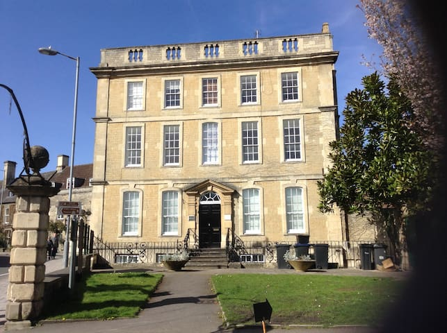 Elegant Town Centre Flat nr Bath City - short let?