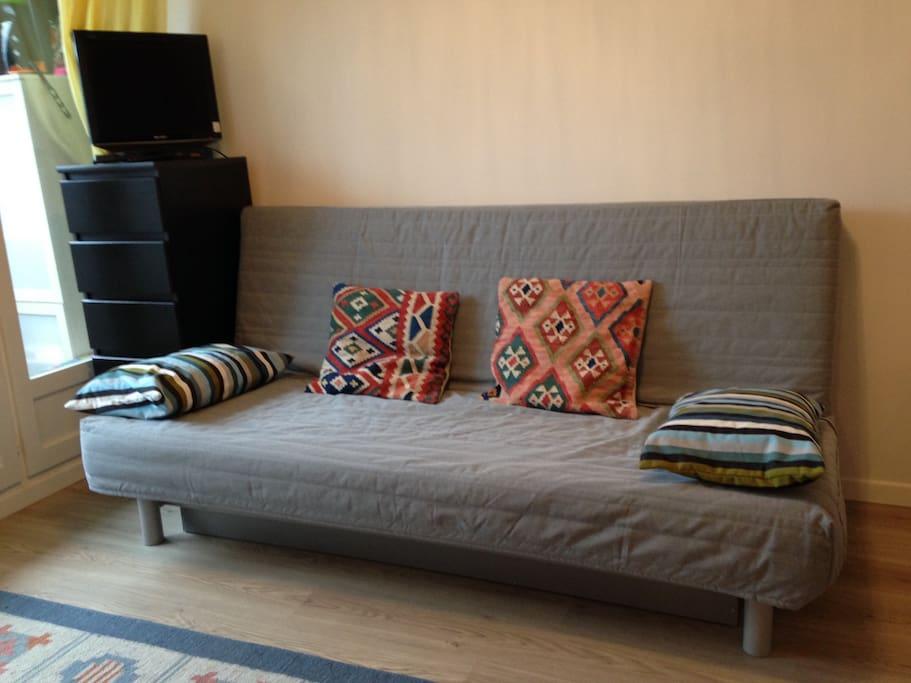 Le canapé lit deux places du salon