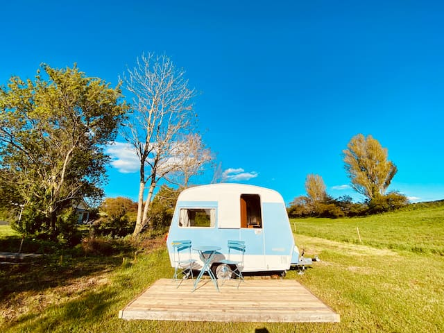 Tiny vintage caravan in great surroundings.