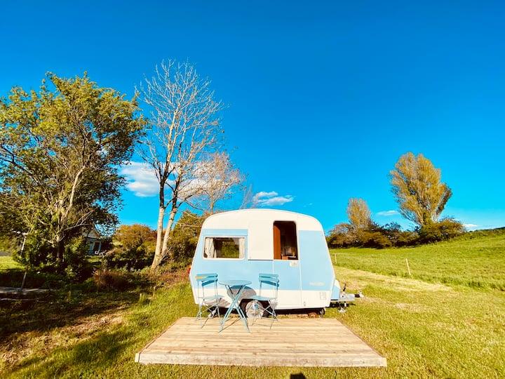 Tiny vintage caravan in great surroundings.