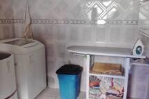 Área de serviço com máquina de lavar roupas, tanquinho, ferro. Temos também passadeira a vapor.
