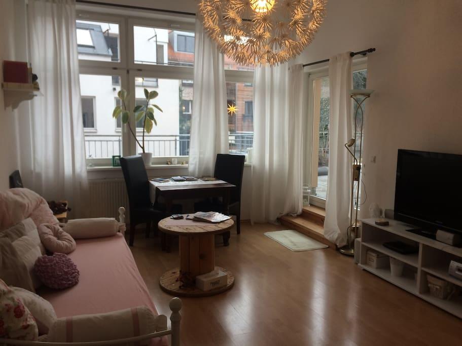 Wohnzimmer mit TV-DVD-Möglichkeit und Aufgang zur Terrasse