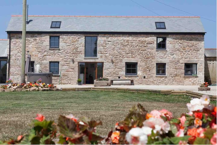 Stunning Barn with hot tub, beaches and St Ives