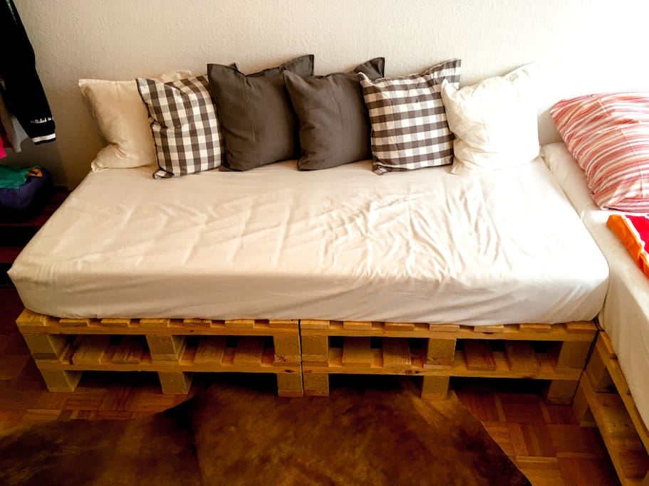 In addition to a double bed, the apartment offers a cozy single bed.