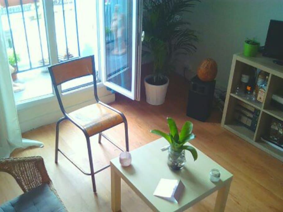 coin salon avec la porte fenêtre qui donne sur un balconnet