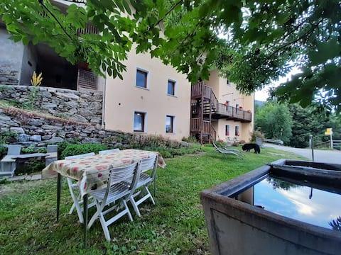 暖炉、芝生、バーベキューエリア付きマンション