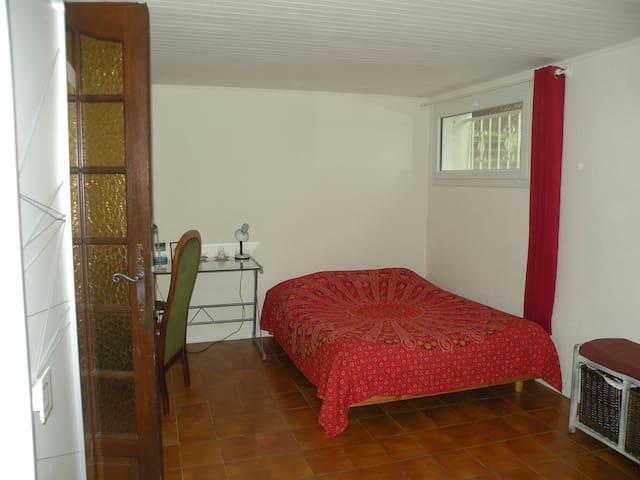 Schlafzimmer und ein separates Badezimmer