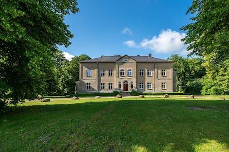 Laaser Gutshaus mit idyllischem Park- Malerwohnung