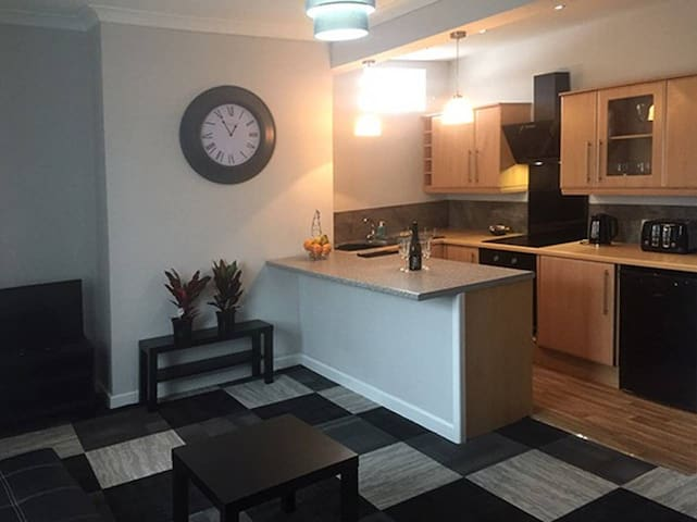 2 Bed apt  for 6 -10 Min from Manchester Centre