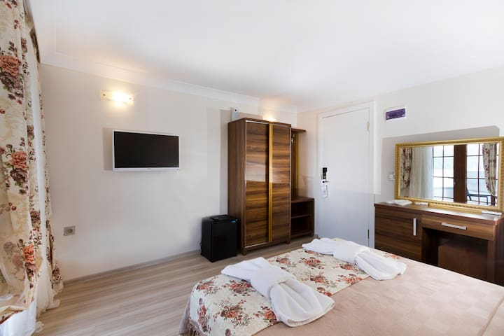 sahilde deniz manzaralı otel odası - Marmaris - Szoba reggelivel