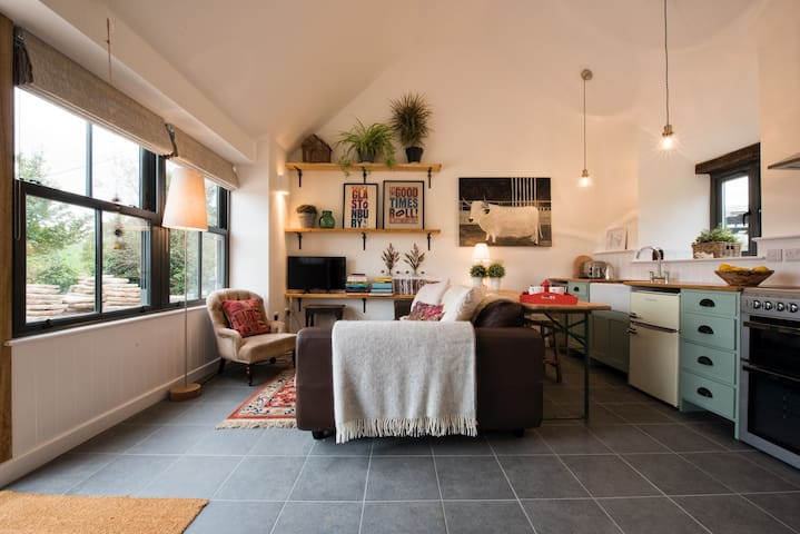 The Cowshed - A Pet Friendly Luxury Rural Retreat