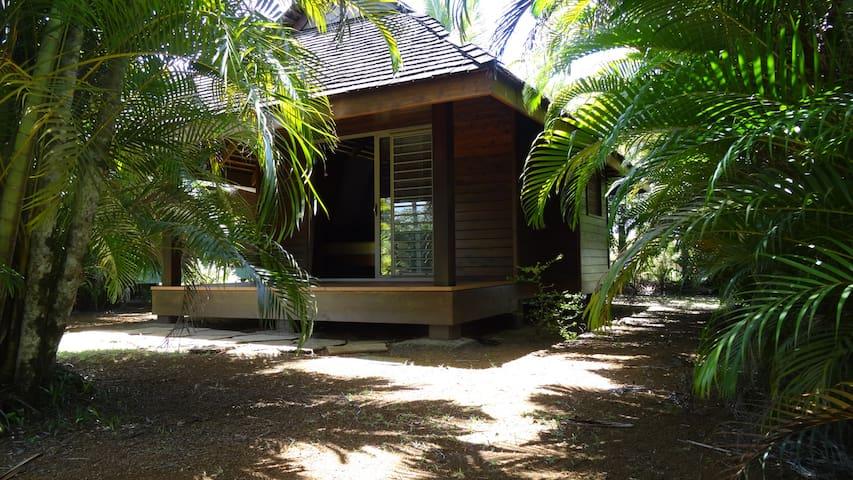 Bungalow dans jardin tropical avec piscine