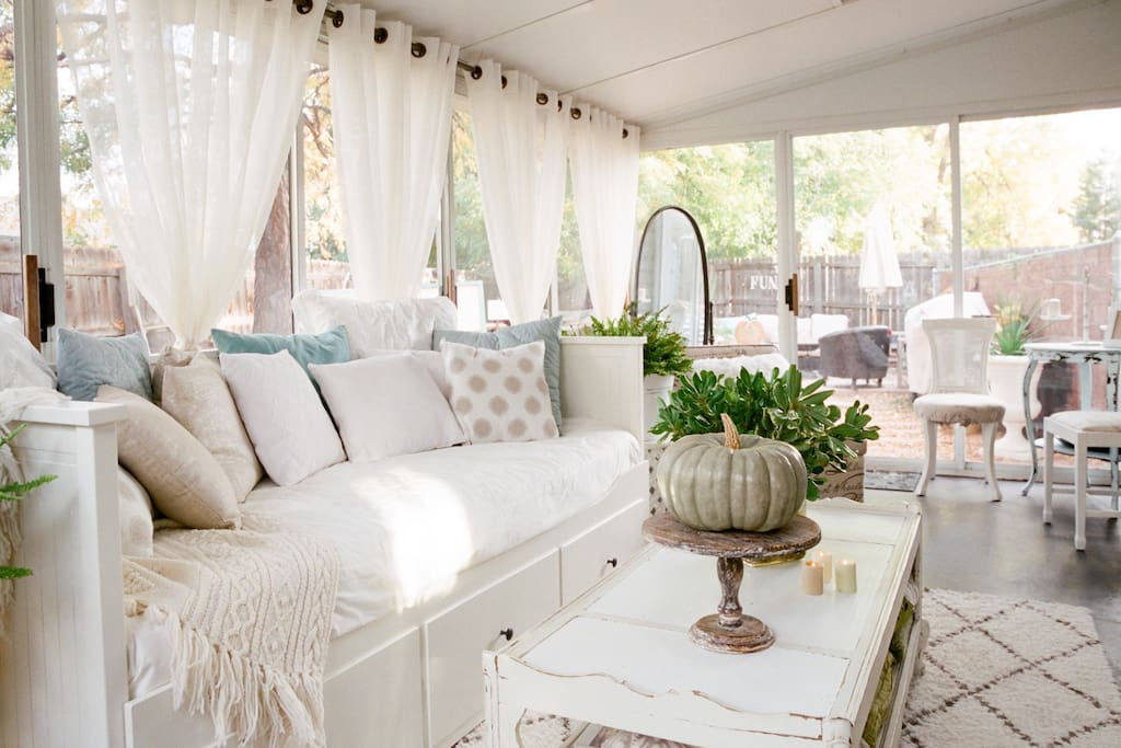 Bright and airy sunroom. Can sleep two in most months.