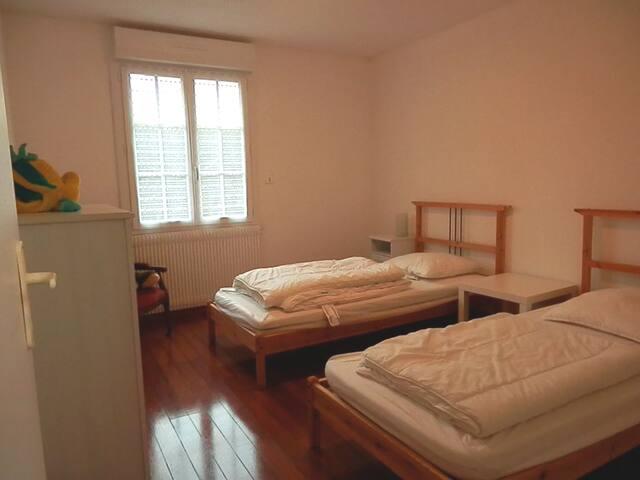 Chambre deux lits simples (draps 6€/lit).