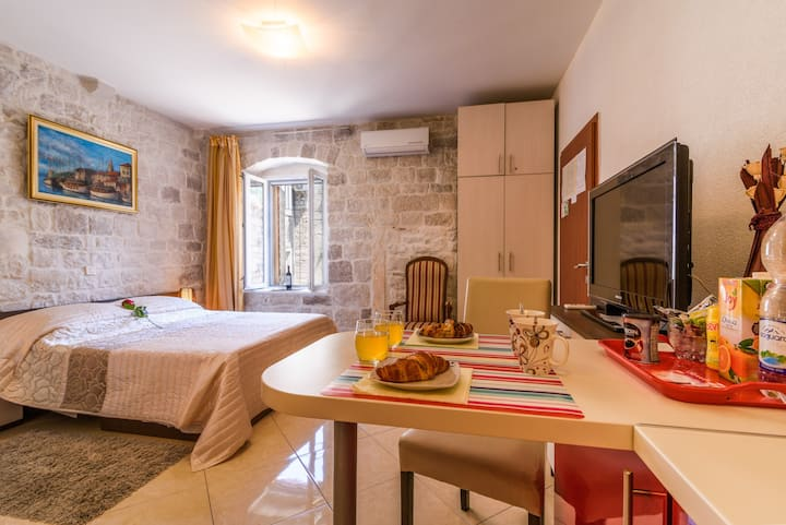 Studio Dora in Trogir center **** (free parking)