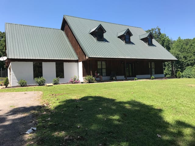 Country home near Square!Weddings & Large Families